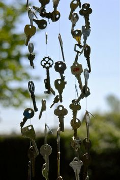 59 Ideas Garden Art Ideas Wind Chimes Old Keys Key Projects, Lost Keys, Diy Wind Chimes, Antique Keys, Red Wagon, Keys Art, Diy Arts And Crafts, Old Key Crafts, Frame Crafts