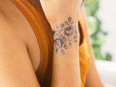 10 schöne Blumentattoos für Ihr Handgelenk 10 beautiful flower tattoos for your wrist Many people have beautiful floral designs for their body tattoos. Do you have a flower tattoo on your wrist? Tattoo Life, Lady Bug Tattoo, Tattoo Goo, Neue Tattoos, Body Art Tattoos, Girl Tattoos, Tatoos, Tattoo Girls, Family Tattoos