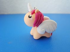 daily stuff and juicy secrets: DIY: Einhorn aus Fimo Sculpey Clay, Polymer Clay Projects, Polymer Clay Charms, Polymer Clay Art, Clay Crafts, Polymer Clay Miniatures, Polymer Clay Creations, Diy Kawaii, Biscuit
