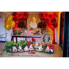 #mulpix Uma lindaaaaa festa digna de uma verdadeira Princesa 😍❤😍❤😍❤ Assim entre flores e detalhes foi a festa da Lara ontem... Apaixonada por cada detalhe da composição original e única da @laureenmonykenobre  Nosso painel com flores de papel e personalizados e pelas fotos da @rebekafeitosafotografia  Flores naturais @armazemdasfloresmcz E acervo de itens decorativos @composita_locacao  #Festabrancadeneve  #festaprincesabrancadeneve  #Paineldeflores  #paperflowers  #backdrops…