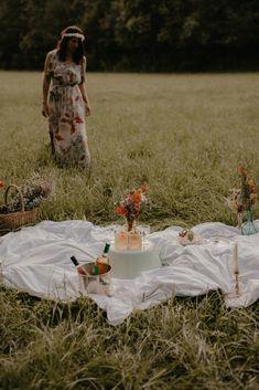 Profiter des odeurs des champs, des bruits de la nature et des derniers rayons du soleil.Nous vous emmenons découvrir notre shooting d'inspiration... Picnic Blanket, Outdoor Blanket, Champs, Fairy, Inspiration, Sun, Biblical Inspiration, Inspirational, Picnic Quilt