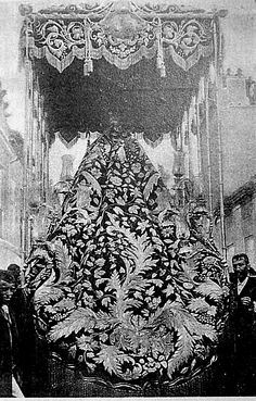 Antigua fotografía del paso de palio de la Macarena en el siglo XIX. Las bambalinas serían vendidas más tarde a la hermandad de la Estrella y el manto desmontado para hacer otros enseres.