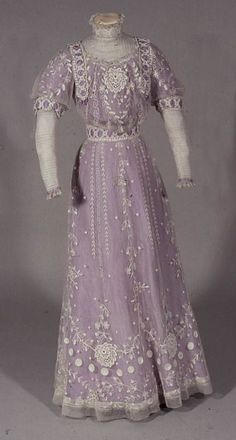 Tamboured net over lilac silk, trimmed with machine lace with sleeves and chemisette of tucked net, English, This elegant dress was worn at the Investiture of the Prince of Wales at Carnaervon in later Edward VIII. Edwardian Clothing, Edwardian Dress, Antique Clothing, Historical Clothing, Edwardian Era, Victorian Dresses, Victorian Gothic, Gothic Lolita, 1900s Fashion