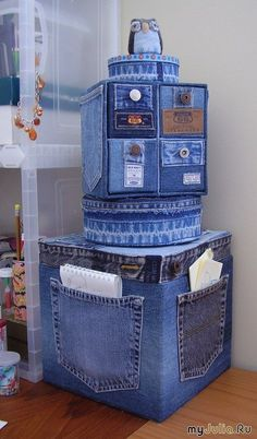 Old Jeans DIY Reuse Ideas - MB Desire DIY and Crafts. Really interesting and original idea, could make a storage solution a bit more personal and eye-catching. Good idea - Jeans or Anything to recover random, cheaper storage boxes/cubes Old Jeans DIY Reus Jean Crafts, Denim Crafts, Diy Recycling, Upcycle, Artisanats Denim, Denim Purse, Denim Ideas, Recycled Crafts, Home Accessories