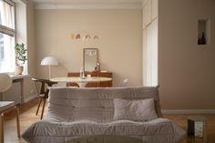 Sisustusstailisti Pinja Forsmanin koti on ihana yhdistelmä design-klassikoita ja kirpparilöytöjä. Dream Apartment, Interior Inspiration, Couch, Album, Room, Furniture, Design, Home Decor, Bedroom