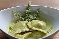 Fava-Ravioli mit Curry-Emulsion und Rhabarberblüten | Foodina