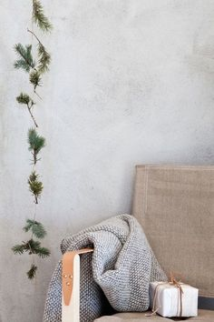 Grayscale, natural fibres and evergreens, these discreet elements are all it takes to take your home into the holidays.