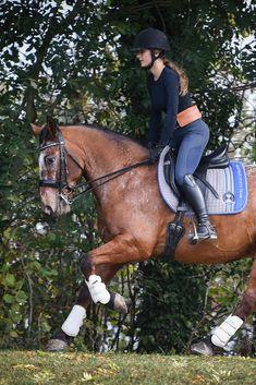 Unsere Handytasche ist ein unverzichtbares Zubehör für alle Reiter, die sicher im Gelände unterwegs sein wollen und löst das Problem, dass man keinen Platz hat, sein Handy beim Reiten und im Stall sicher und jederzeit griffbereit zu verstauen. In braun oder schwarz passt die Tasche zu jedem stylischen Outfit und ist das perfekte Accessoire für deinen Look.  Die Tasche wird in einer schicken Schachtel angeliefert und ist damit das ideale Geschenk für Reiterinnen und Reiter. Riding Helmets, Horses, Outfit, Animals, Fashion, Accessories, Brown, Black, Women Riders