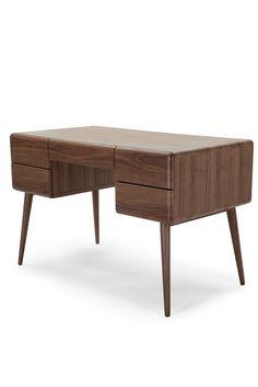 Paco Schreibtisch aus Walnussholz. Von zu Hause arbeiten wird jetzt noch besser. Paco besticht mit eleganter Form, abgerundeten Ecken und abgewinkelten, konischen Beinen. Her mit den Tabellen - wir wollen loslegen.