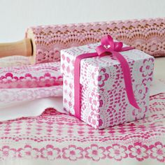 DIY gift wrapping paper with a lace print and a rolling pin! this clever idea is genius. Fun Crafts, Diy And Crafts, Arts And Crafts, Paper Crafts, Creative Gift Wrapping, Creative Gifts, Diy Wrapping, Pretty Packaging, Gift Packaging