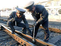 렬차의 안전운행을 보장하기 위하여 -평양철길대 보통강철길소대에서--《조선의 오늘》