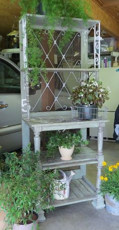 DIY etagere from salvage wood/recycled architectural elements DIY-Etagere aus Altholz / recycelten Architekturelementen Old Screen Doors, Old Doors, Bench Furniture, Garden Furniture, Upcycled Furniture, Diy Etagere, Pallet Garden Benches, Potting Tables, Plant Table
