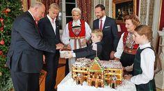 Die norwegische Königsfamilie steht am 17. Dezember 2014 im Roten Salon ihres Schlosses um ein Lebkuchenschloss herum.
