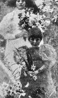 <span class='fl'>Kinder mit Blumen 1896</span><a class='fr' href='/en/biography/1891---1898/details-klimt-kinder-mit-blumen-1896.dhtml'>read more</a><div class='clr'></div>