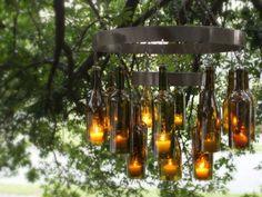 Необыкновенная люстра в средневековом стиле, которая состоит из металлического каркаса, винных бутылок и свечей.