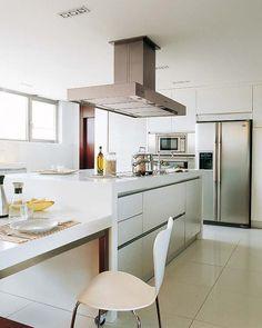 Una cocina amplia con isla de trabajo
