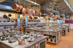 Große kommerzielle Küche mit Kupfer Töpfe hängen von einer Reihe von Pot-Racks