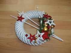 бумажная лоза Diy Christmas Ornaments, Christmas Wreaths, Christmas Decorations, Holiday Decor, Decor Crafts, Diy And Crafts, Paper Weaving, Coffee Crafts, Newspaper Crafts