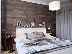 Camera da letto con parete rivestita in legno