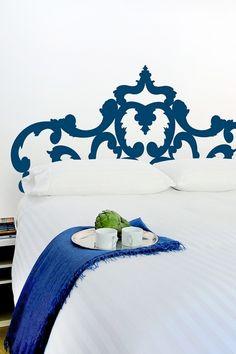 Måla sänggaveln direkt på väggen i valfri färg, eller använd wall stickers. Paint it on the wall....