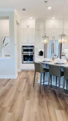 Kitchen Ideas Discover All White Interior Design All white interior design with gourmet kitchen and beautiful wood floors. Open Plan Kitchen Living Room, Kitchen Room Design, Modern Kitchen Design, Home Decor Kitchen, Interior Design Kitchen, Home Kitchens, Small Kitchens, Kitchen Ideas, Diy Kitchen