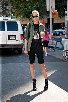 Street Style Volumen 2: Nueva York. En clave militar: bermudas pitillo negras, camiseta Rottweiler de Givenchy, camisa verde y botines de cordones.