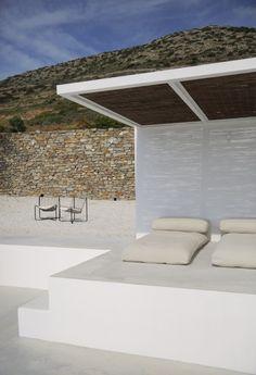 Белые лежаки на улице в доме на склоне горы