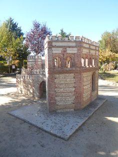 La Puerta de Cantalapiedra de perfil en el Parque Temático del Mudéjar.