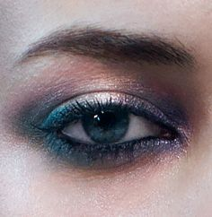 Get a smoky siren eye by applying the Moon Shadow Water Infused Eyeshadow 01 (Glamour Gold) on the eyelids. With Dark Tide Eyeliner 03 (Intriguing Blue) draw a light line and fill in the eye with Everlasting Kajal. Apply and blend Moon Shadow Water Infused Eyeshadow 04 (Glistening Torquoise) on the eyelid. Add another layer of eyeshadow with the Cream Crush Lasting Colour Eyeshadow 02 (Rosa Caldo Peralto) along the eyelid crease and inner eye. Finish the look with the Extra Sculpt Mascara.