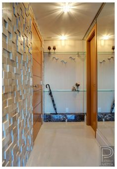 Hall de entrada com revestimento de mármore Botticino