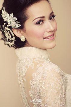 Beautiful Indonesian Kebaya, Indonesian Girls, Beautiful Wedding Gowns, Dream Wedding, Wedding Dresses, Kebaya Lace, Gown Gallery, Akad Nikah, Bun Hair