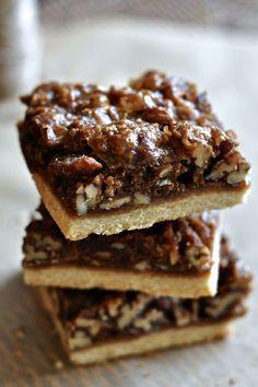 #Paleo Salted Caramel Maple Pecan Pie Bars // www.thefoodieteen.com
