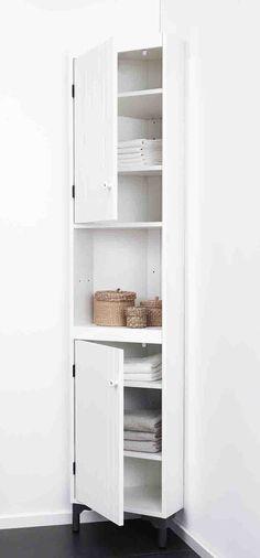 I quattro ripiani del mobile angolare SILVERÅN di Ikea sono regolabili in altezza a piacimento. Le ante sono montabili a destra o a sinistra. Disponibile anche nel colore marrone chiaro, ha piedini regolabili. Misura L 40 x P 32 x H 183,5 cm Prezzo 115 euro. www.ikea.it