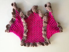 Capa de lana rosa con volantes grises Realizada en crochet