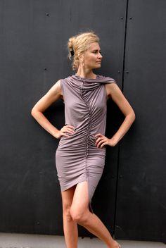 Efektní řasené šaty - kouřová