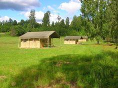 De Safari Lodgetenten in Zweden. Heerlijk genieten van het buitenleven en de luxe van een volledig ingerichte tent met veranda, houten vloer en opgemaakte boxspringbedden. www.tendi.nl