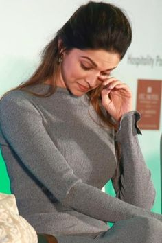 The Deepika Padukone Closet: Actress Opens Her Closet For A Cause On World Mental Health Day – All About Healthy Skin Care Mental Health Day, Mental Health Issues, Dipika Padukone, Home Beauty Tips, Indian Star, Korean Skincare Routine, Bollywood Actors, Bollywood Style, Healthy Skin Care
