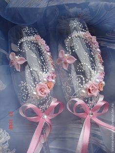 Свадебные бокалы `Аиша`. Очень нежные свадебные бокалы, выполненные в нежном персиковом цвете. Украшены порхающими бабочками.  Могут быть дополнены любыми аксессуарами.