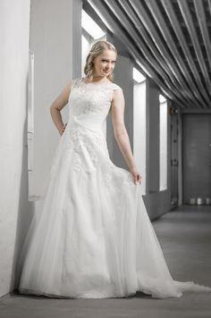 White Onen Daila. Kuva Oscar Lindell/Studio Lindell Oscars, One Shoulder Wedding Dress, Studio, Wedding Dresses, Ideas, Fashion, Bride Dresses, Moda, Bridal Gowns