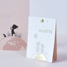 Speciaal geboortekaartje in een bijzondere vorm, het tipikaartje. Hier is het design met zusjes op een wereldbol. Kies je eigen silhouetjes. Dit kaartje kan je met of zonder goudfolie maken. Ook in een groter formaat beschikbaar. Gratis proefkaartje via de site.