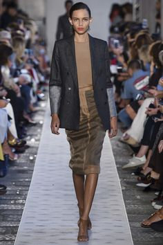 https://www.vogue.com/fashion-shows/spring-2018-ready-to-wear/max-mara/slideshow/collection