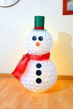 Apunta esta idea low cost para decorar en Navidad. :) Un gran muñeco de nieve luminoso.
