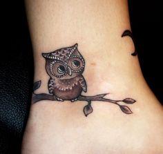 idée de petit tatouage sur la cheville: hibou sur une branche