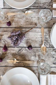 Legno grezzo e fiori direttamente sul tavolo