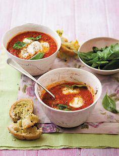 Tasty tamato soup with mozzarella / Geurige tamatiesop met mozzarella.