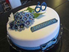 Torte mit blauer Hortensie