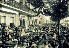 Café Nicola [1932] Praça D. Pedro IV (Rossio) A multidão em frente da sucursal de O Século, lendo as notícias sobre a 3ª Volta Ciclista a Portugal Fotógrafo não identificado, in Arquivo do jornal O Seculo