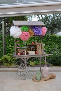 Candy Bar diseñado por Dimeic: carro de madera vintage con pompones, cajas de madera y menaje de cristal