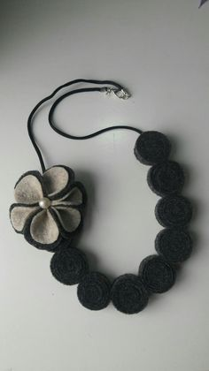 Felt Necklace, Silk Thread Necklace, Diy Necklace, Leather Earrings, Leather Jewelry, Fabric Flowers, Felt Flowers, Jewelry Crafts, Jewelry Art