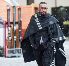 hombre con poncho y traje de chaqueta en la nieve